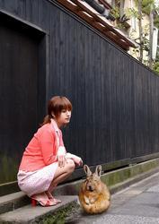 asiatica_con_un_conejo_enorme.jpeg